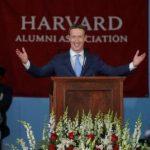 După 13 ani, Zuckerberg a primit în fine o diplomă de la Harvard, onorifică!