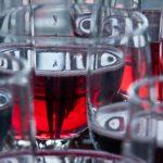 Beneficiile de sănătate ale vinului roșu versus cele ale sucului de struguri