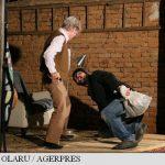Teatrul – coborât de pe scenele marilor orașe, în șurile unor săteni