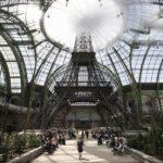 Karl Lagerfeld omagiază Parisul prin colecția sa haute couture și este decorat de primarul Anne Hidalgo