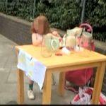 Britanicii sunt scandalizaţi după ce o fetiţă de 5 ani a fost amendată pentru că vindea limonadă!