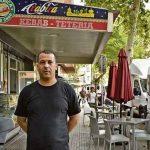 Educație musulmană,  un chelner din Spania i-a returnat unei românce o pungă uitată cu 77.000 de euro