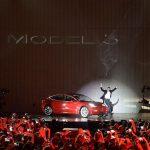 Musk sărbătorește printr-un Tesla Model 3 Show
