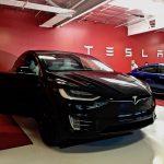 Tesla oferă un bonus de 700.000 de dolari