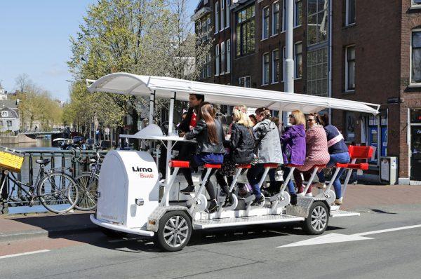 Pentru olandezi este ceva obișnuit să meargă la serviciu cu bicicleta  la  16 milioane de locuitori avem 18 milioane de biciclete 7668582edff
