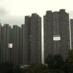 De ce au zgârie-norii din Hong Kong găuri mari în construcţie