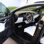 """Tesla oferă opțiunea """"Easy Entry"""" cu ultima actualizare software"""