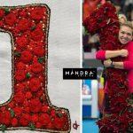 Cadou de Crăciun inedit pentru Simona Halep – un tricou brodat cu celebrul 1 din trandafiri primit la Beijing