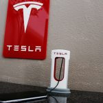 Tesla lansează baterii portabile și superchargere pentru telefoane mobile