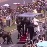VIDEO: La un accident al unei polițiste, Papa a oprit convoiul, la noi ministrul de interne nu a facut la fel in cazul polițistului accidentat