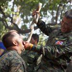 Abilități de supraviețuire. Soldaţi din forţele speciale indoneziene au mâncat şerpi în faţa secretarului american al apărării