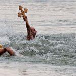 Tradiţii de Bobotează: Fetele îşi visează ursitul, bărbaţii se întrec pentru a scoate crucea din apă / Cum se pregăteşte masa de Bobotează / Ce să faci ca să ai noroc