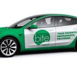Serviciu de livrare mâncare se orientează către Tesla Model 3