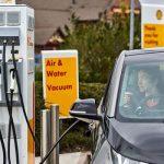Britanicii spun că majoritatea mașinilor și microbuzelor ar trebui să fie electrice până în 2030