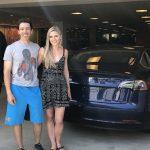 Elon Musk livrează un Tesla Model 3 către un cumpărător